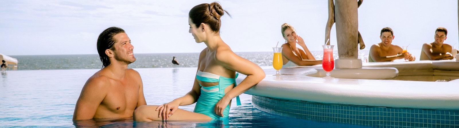 Bar aquatique du Grand Velas Riviera Nayarit au Mexique